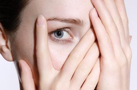 Αν τα μάτια σας μεταξύ τους έχουν σχετικά μεγάλη απόσταση και είναι απομακρυσμένα, τα φρύδια θα πρέπει να λειτουργούν εξισορροπώντας την απόσταση αυτή.