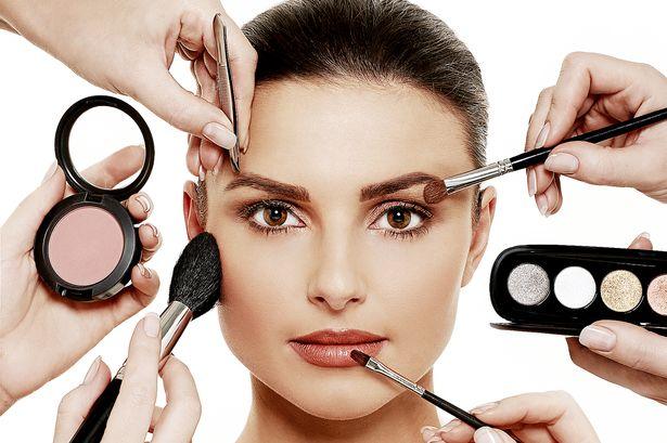 Με το bronzer (ματ ή ιριδίζον) μπορείτε να δημιουργήσετε κοψίματα στο πρόσωπο και να τονίσετε τις γωνίες του.