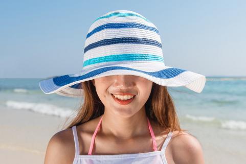 Το καπέλο είναι απαραίτητο όταν καθόμαστε στον ήλιο.