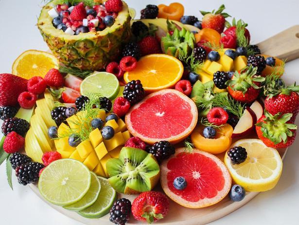 Γεμίζουμε το πιάτο μας με πολύχρωμα φρούτα.