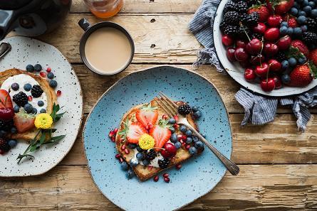 Προϊόντα ολικής άλεσης και φρούτα συνιστούν το καλύτερο πρωινό.