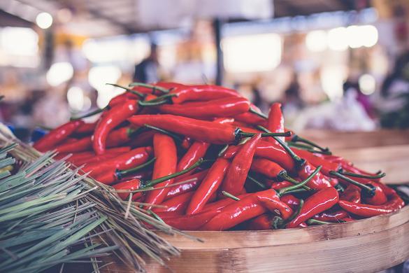 Τα πικάντικα φαγητά φέρνουν δίψα, επομένως και περισσότερα ούρα.