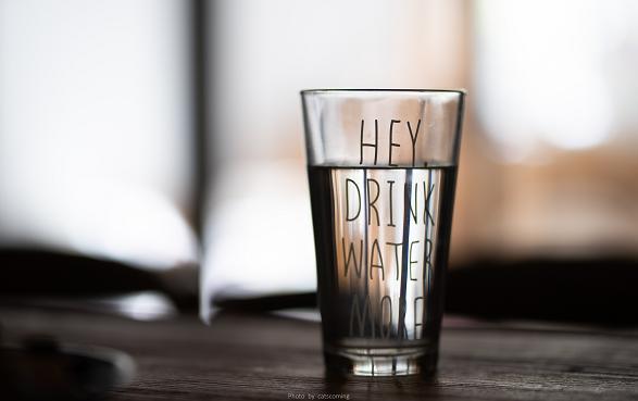 Αν πιείτε νερό ή κάποιο άλλο υγρό χωρίς ζάχαρη, ενώ προσπαθείτε να ουρήσετε, μπορεί να σας έρθει να ουρήσετε οπωσδήποτε.