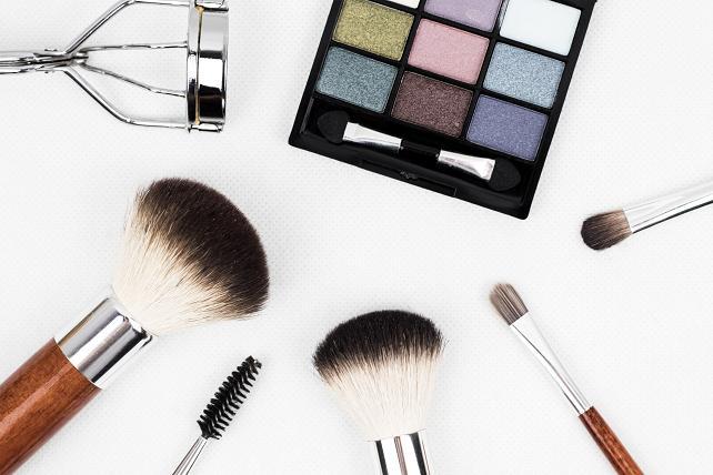 Το μακιγιάζ δεν έχει και τόση σημασία αρκεί να αναδεικνύει ένα γυαλιστερό, καθαρό βλέμμα.