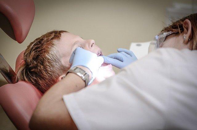 Η αφαίρεση της πέτρας πραγματοποιείται από τον οδοντίατρο ή τον περιοδοντολόγο.