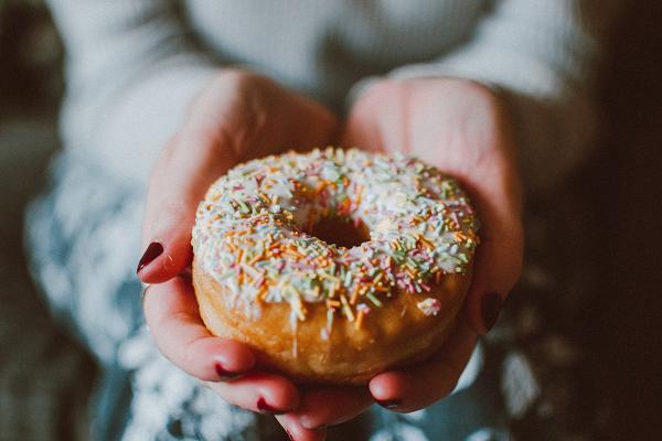 Τρανς λιπαρά υπάρχουν στα συσκευασμένα μπισκότα, στα κέικ, τα ντόνατ και τις πίτσες.