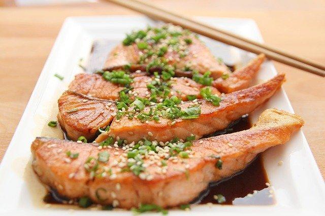 Μπορείτε να τρώτε εναλλάξ λιπαρά και άπαχα ψάρια για να παίρνετε και τα ωφέλιμα ω3 λιπαρά οξέα.
