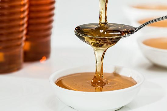 Το μέλι με το γάλα μπορούν να εξαφανίσουν τα μαύρα στίγματα αποτελεσματικά.