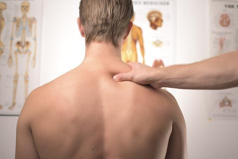 Οι τακτικές μαλάξεις στην πλάτη από έναν ειδικό είναι ο πιο ευχάριστος τρόπος για να απαλλαγείτε από τα παχάκια στην περιοχή αυτή.