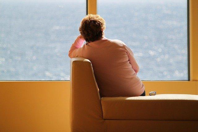 Τα πιο κοινά συμπτώματα της κατατονικής κατάθλιψης είναι η εσκεμμένη έλλειψη ομιλίας και η αδράνεια.