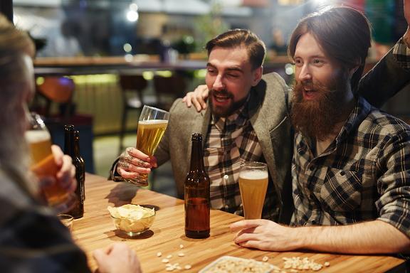 Τα συμπτώματα της δηλητηρίασης από μεθανόλη είναι δύσκολο να διακριθούν αρχικά γιατί μοιάζουν με εκείνα μιας συνηθισμένης υπερκατανάλωσης αλκοόλ.