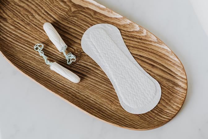 Αποφεύγετε επίσης τα αρωματισμένα σερβιετάκια γιατί το άρωμα μπορεί να επιβαρύνει την ευαίσθητη περιοχή.