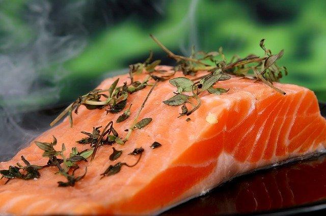 Τα λιπαρά ψάρια που είναι πηγή ω3 λιπαρών οξέων ωφελούν την επιδερμίδα του προσώπου.