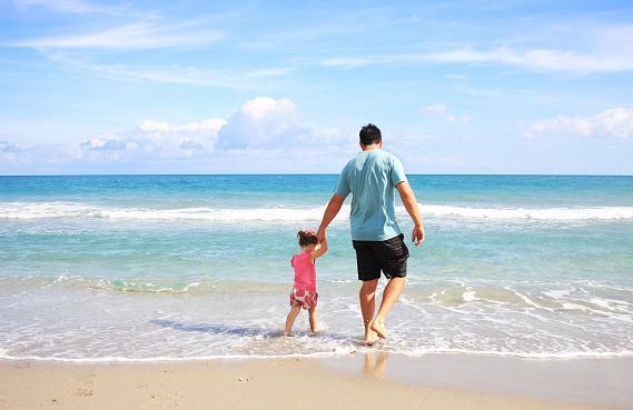 Η έκθεση των παιδιών στον ήλιο για αρκετή ώρα μπορεί να τους προκαλέσει εύκολα ηλίαση.
