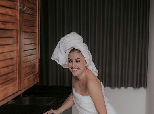 Τυλίξτε τα μαλλιά σας σε μια απορροφητική πετσέτα για να στραγγίξουν τα πολλά νερά.
