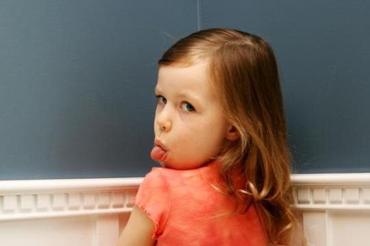 Πολλοί γονείς νιώθουν ενοχές γιατί δουλεύουν πολύ και επειδή δεν αφιερώνουν όσο χρόνο θα ήθελαν στο παιδί, προσπαθούν να επανορθώσουν κάνοντάς του όλα τα χατίρια.