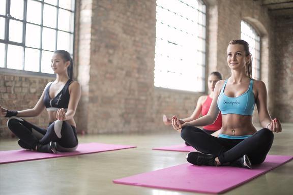 Η hot yoga αποτελεί μια ευκαιρία για πνευματική ευεξία και σωματική χαλάρωση.