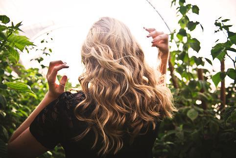 Η έλλειψη πρωτεΐνης γίνεται εμφανής στο δέρμα, τα μαλλιά και τα νύχια.