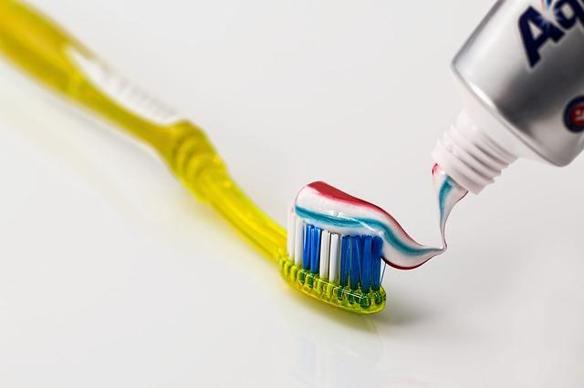 Επιλέξτε μια μέτρια ή μαλακή οδοντόβουρτσα για να μην τραυματίσετε τα ούλα σας.