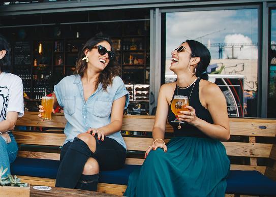 Το να συναντάμε φίλους μόνο αν είναι να πιούμε μπορεί να είναι ένδειξη εξάρτησης από το ποτό.