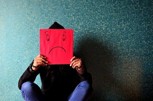Το άτομο που πάσχει από άτυπη κατάθλιψη μπορεί να αδυνατεί να έχει μια φυσιολογική καθημερινότητα.