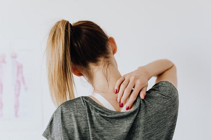 Οι πόνοι λόγω υγρασίας και αλλαγής του καιρού εμφανίζονται συχνότερα στις γυναίκες μετά την εμμηνόπαυση.