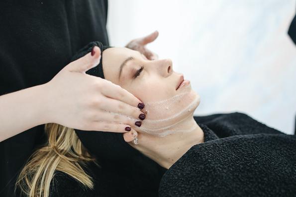 Μια κούρα ομορφιάς μπορεί να εξαλείψει τις ρυτίδες από το πρόσωπό σας.