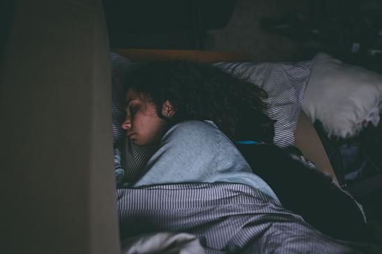 Δε χρειάζεται να κοιμόμαστε με πολλά ρούχα και παπλώματα.