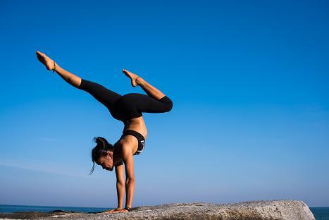Η ευλυγισία είναι κάτι που επιτυγχάνεται με τη yoga.