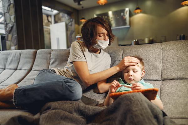 Η γαστρεντερίτιδα μπορεί να συνοδεύεται από πυρετό ή πόνους στην κοιλιά.