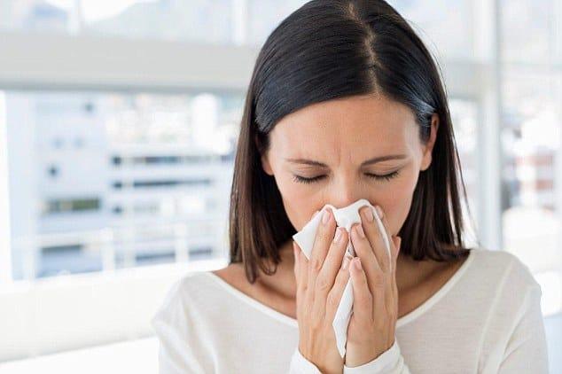 Ο ιός του απλού κρυολογήματος αποτελεί την πιο συχνή αιτία ασθένειας και παραμονής στο σπίτι και μεταδίδεται με τα σταγονίδια αναπνοής.