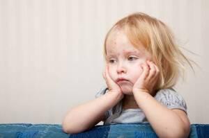Προσβάλλονται συχνά και το στόμα και οι βλεννογόνοι ενώ μπορεί να παρουσιαστεί και μέτριος πυρετός.