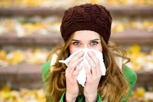 Το κοινό κρυολόγημα είναι το συχνότερο μεταδοτικό νόσημα της εποχής, το οποίο συνήθως συνοδεύεται από βήχα, καταρροή και πυρετό.