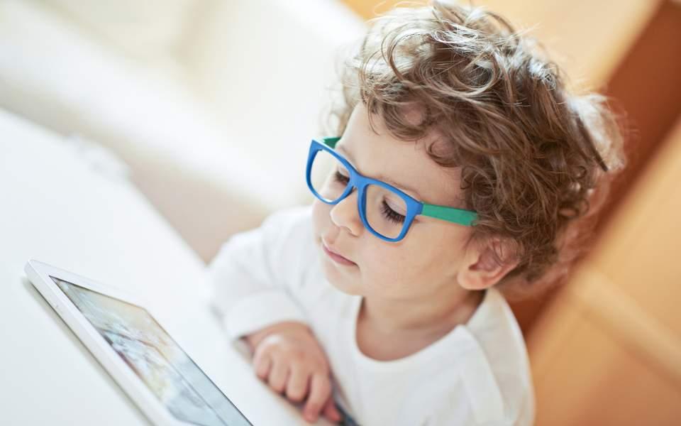 Πολλές Ώρες Μπροστά στην Οθόνη Επηρεάζουν τον Εγκέφαλο των Παιδιών
