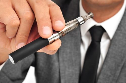 Το ηλεκτρονικό τσιγάρο από την άλλη ως εναλλακτικός και πιο υγιής τρόπος καπνίσματος.