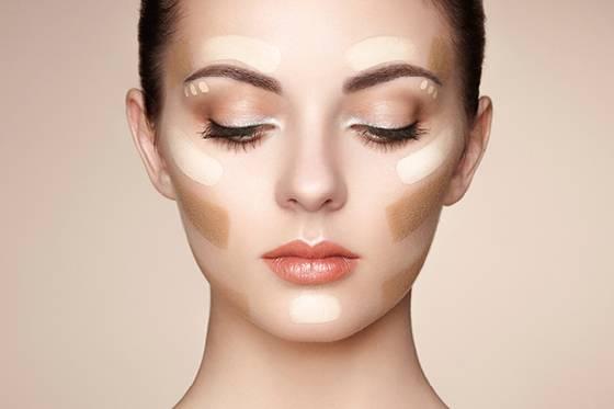 Ακόμη, γυναίκες με θερμή σκούρα απόχρωση δέρματος ανεξάρτητα από το αν είναι μελαχρινές ή ξανθές κολακεύονται πολύ από ζεστά χρώματα όπως καφέ σκούρο, μπρονζέ και σκούρο χρυσό.