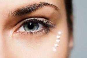 Για τη φροντίδα των ματιών και των χειλιών, να προτιμάτε ειδικά ενυδατικά συσφικτικά προϊόντα, με ή χωρίς ηλιακή προστασία.