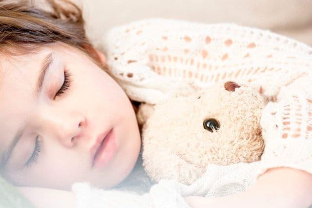Όταν θα κοιμίζετε το παιδί σας, να αποφεύγετε την οποιαδήποτε σωματική επαφή, όπως το κράτημα του χεριού του.