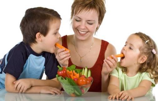 Η οικογένεια παίζει και αυτή καταλυτικό ρόλο, αφού οι διατροφικές συνήθειες των γονιών έχουν αποδεδειγμένα επίδραση στο αν το παιδί θα καταναλώσει φρούτα και λαχανικά.