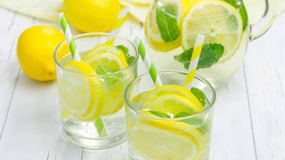 Το να πίνεις πολύ νερό βοηθά στην πέψη