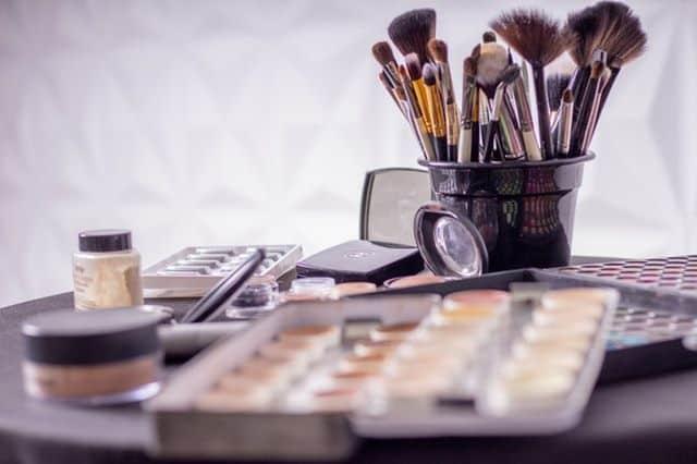 Επιλέξτε αυτό που ταιριάζει καλύτερα στο σχέδιο των ματιών σας και μην ξεχνάτε να τονίζετε τα χείλη σας με λαμπερά κραγιόν.