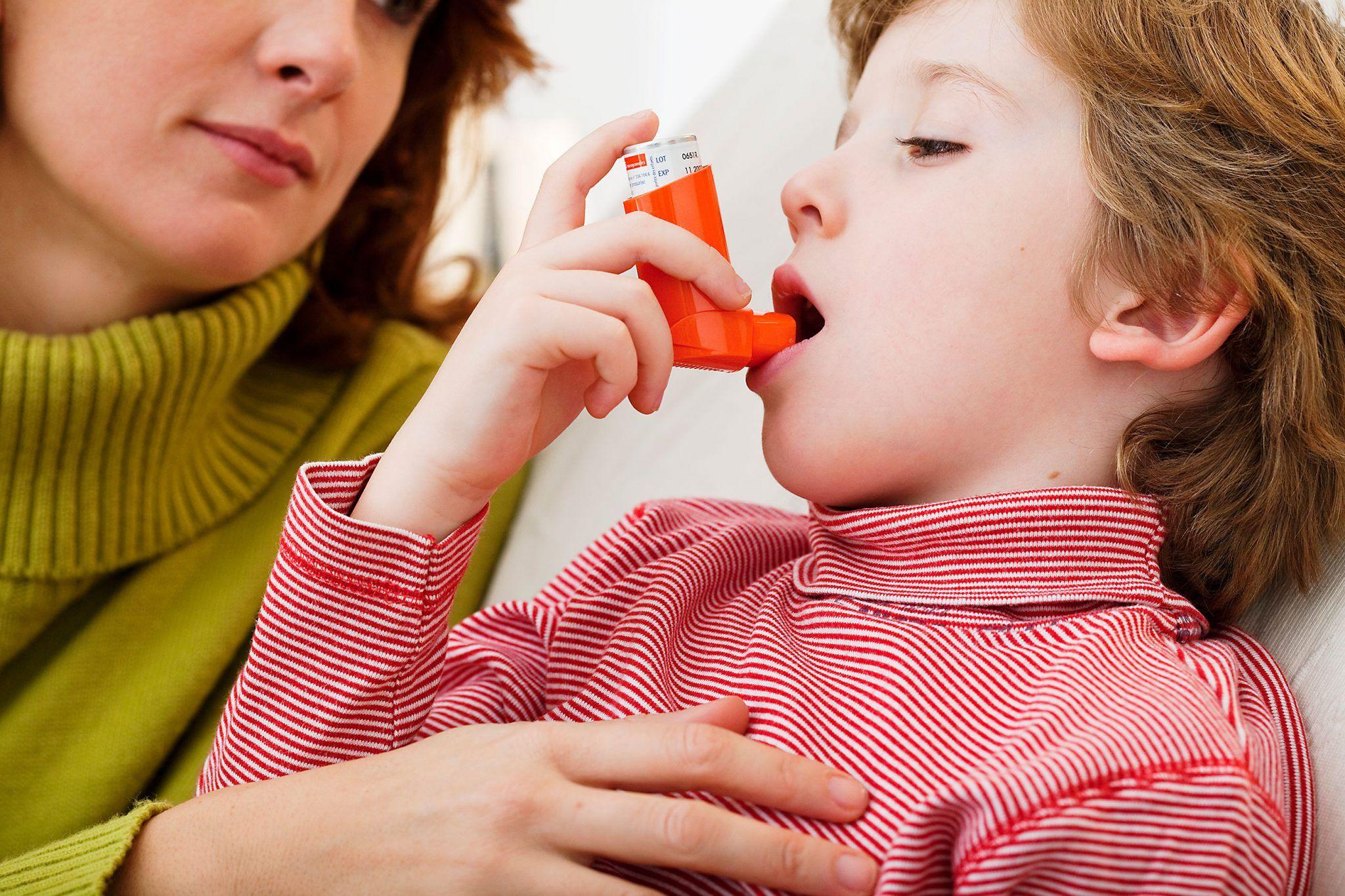 Το άσθμα, αποτελεί μια χρόνια φλεγμονή των βρόγχων στην οποία συμμετέχουν πολλά διαφορετικά κύτταρα, προκαλώντας στένωση των βρόγχων (αεραγωγών) και κατά συνέπειαβήχα, δύσπνοια, βάρος στο στήθος, συριγμό («σφύριγμα»).