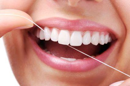 Το φθόριο είναι ένα μεταλλικό στοιχείο που έχει τη δυνατότητα να ενισχύει τη δομή της αδαμαντίνης του δοντιού, κάνοντάς το πιο ανθεκτικό στα οξέα που παράγονται από τα μικρόβια της οδοντικής πλάκας.