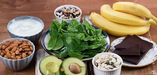 Μερικές τροφές πλούσιες σε μαγνήσιο είναι οι ξηροί καρποί, τα όσπρια, οι µπανάνες, , τα δηµητριακά ολικής άλεσης, η σόγια, το σκόρδο, το µπρόκολο και η αγκινάρα.