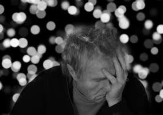 Συχνά τα άτομα που πάσχουν από άνοια δυσκολεύονται να κατανοήσουν τι τους συμβαίνει σε μία δεδομένη στιγμή και νιώθουν αποπροσανατολισμένοι.