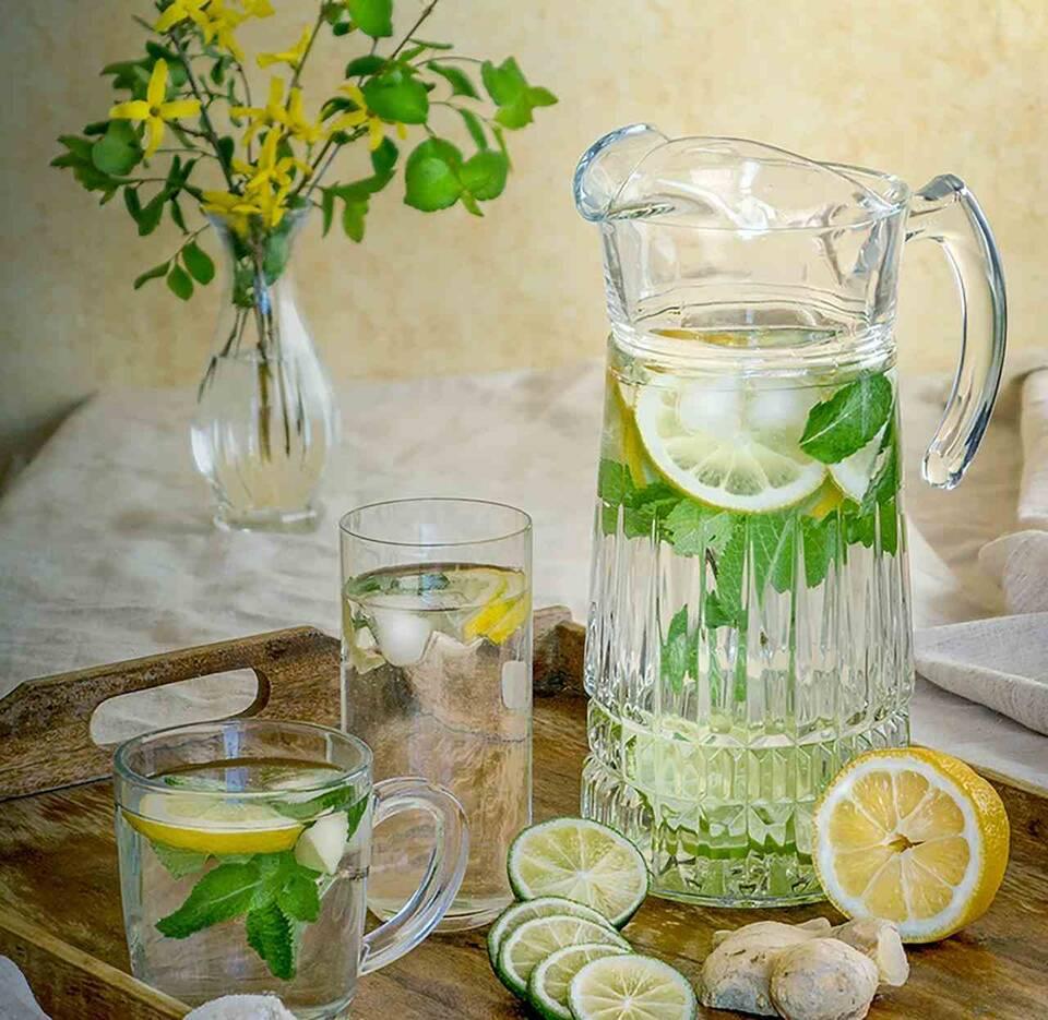 Ένα διατροφικό τρικ που έχει εκθειαστεί όσο κανένα άλλο είναι ο «μαγικός» συνδυασμός νερού με λεμόνι.