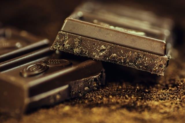 Η μαύρη σοκολάτα είναι η ιδανική τροφή για τις δύσκολες ημέρες της περιόδου.