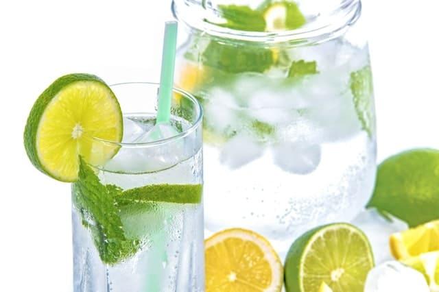 Το νερό με λεμόνι και επιπλέον το νερό από μόνο του, όσο και το λεμόνι από μόνο του, έχουν συγκεκριμένες ιδιότητες που μπορούν να βοηθήσουν τον οργανισμό σας.