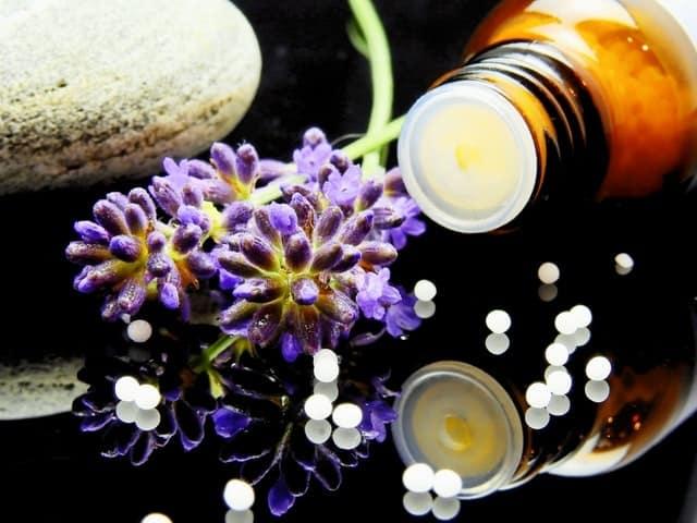 Βασίζεται στην αρχή της «όμοιας θεραπείας», δηλαδή στο ότι μια ουσία που λαμβάνεται σε μικρές ποσότητες θεραπεύει τα συμπτώματα που προκαλεί αν ληφθεί σε μεγάλες ποσότητες.