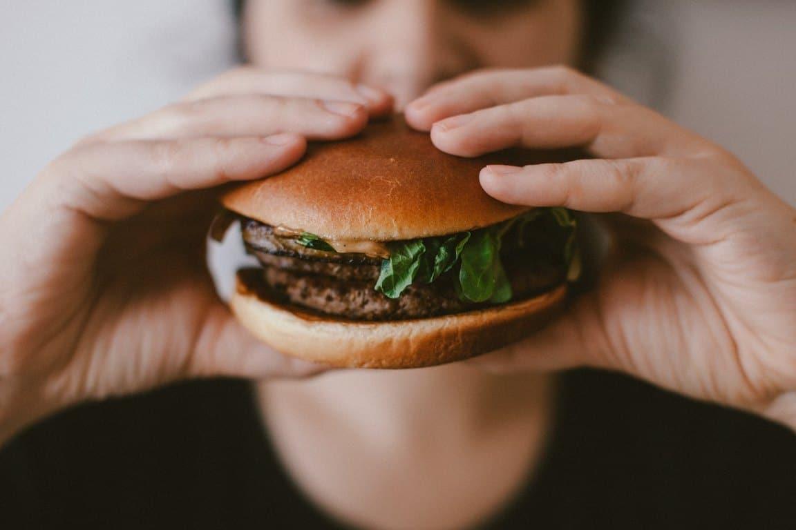 Η κατανάλωση υπερβολικής ποσότητας φαγητού αποτελεί μία ακόμη συμπεριφορά εθισμού, κατά την οποία κάποιος χάνει τη δυνατότητα να σταματήσει να τρώει, ακόμη και όταν έχει φτάσει σε σημείο κορεσμού.